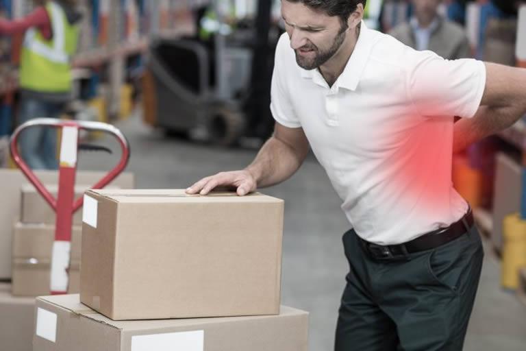 Homme portant u carton et qui a mal au dos