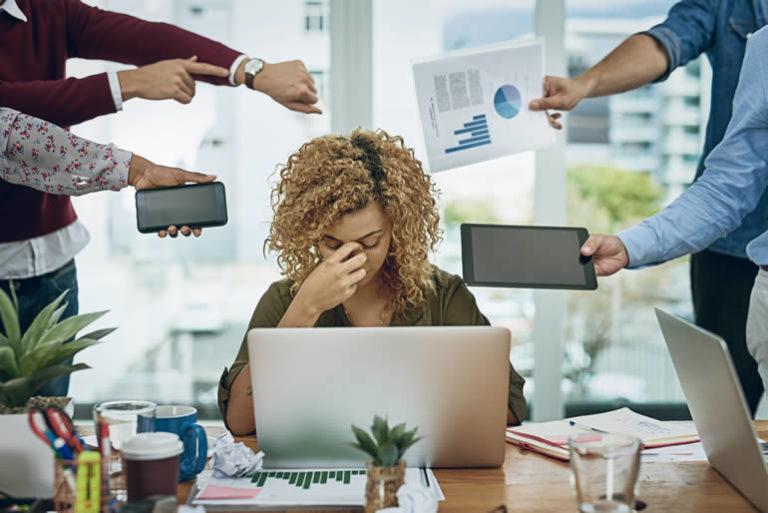 Femme trop sollicitée par collègues
